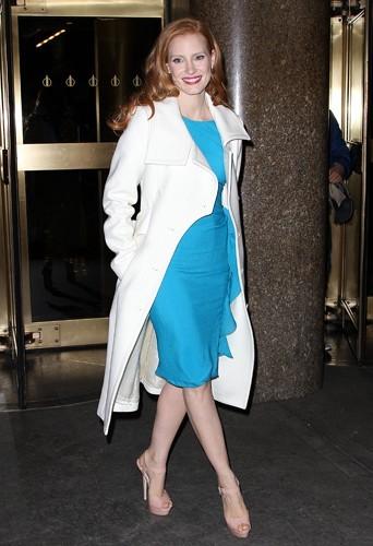Jessica Chastain dans un manteau blanc signé Michael Kors.