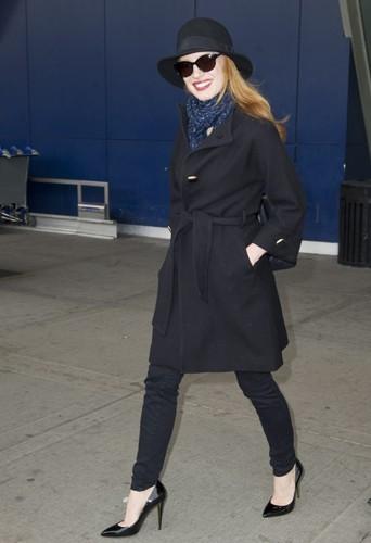 Jessica Chastain manteau noir et chapeau.