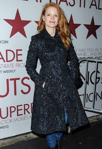 Jessica Chastain stylée dans ce manteau à relief.