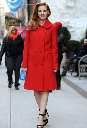 Jessica Chastain sublime dans son manteau rouge Michael Kors.