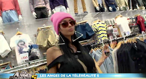 Le color-block : Nabilla a jeté son dévolu sur un bonnet rose flashy !