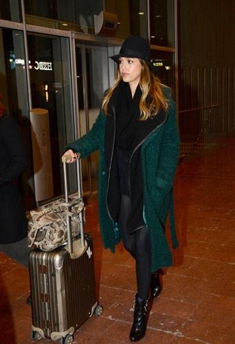 Arrivée de Jessica Alba dans son manteau vert émeraude Tory Burch