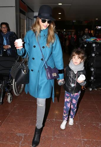 Arrivée de Jessica Alba en manteau bleu aquamarine Sportmax.