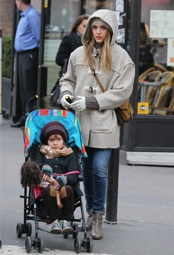 Jessica en duffle coat beige sous la pluie parisienne avec sa fille Honor Marie.