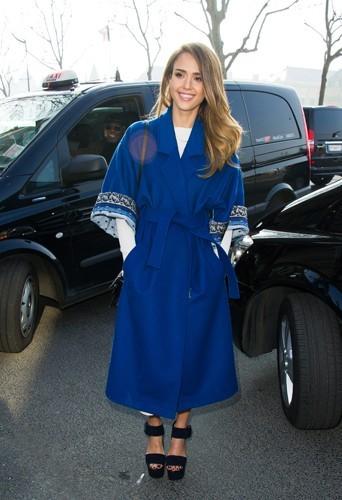 Jessica pour le défilé Kenzo en manteau cobalt Kenzo également.