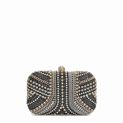 Pochette de soirée ornée de cristaux avec chaîne, Zara. 59,95 €.