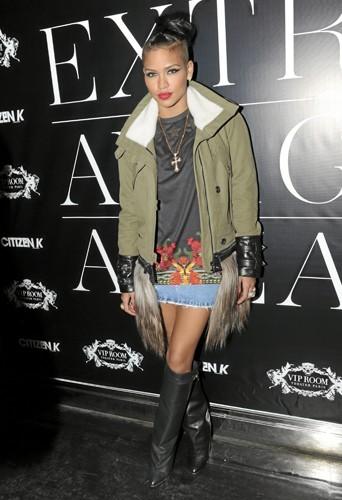 Cassie : Au VIP Room à Paris, Cassie mixe T-shirt Givenchy, parka militaire et bottes en cuir !