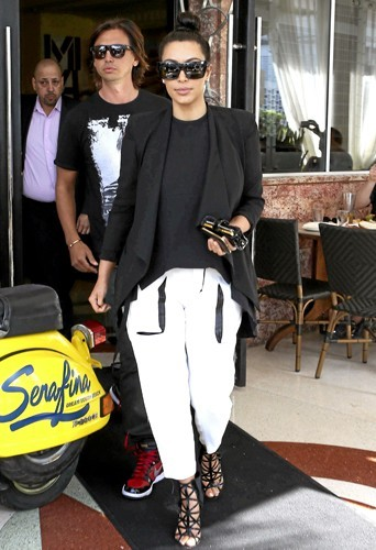 Kim Kardashian : Jogging et sandales en cuir : la panoplie obligatoire de toute femme de rappeur qui se respecte !`