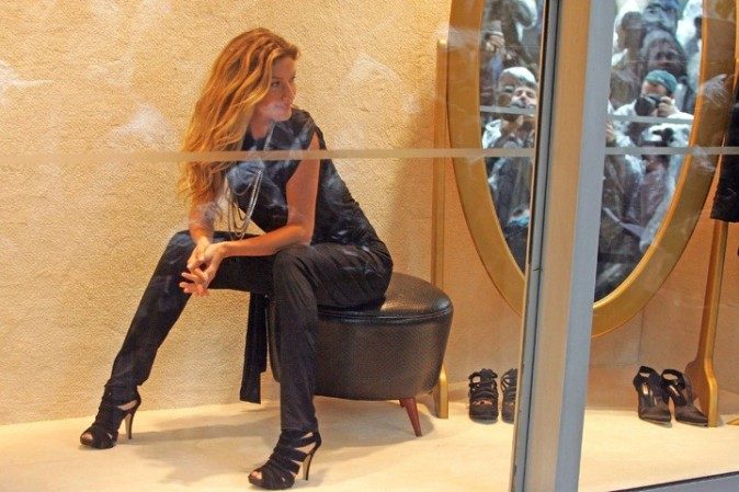 GisEle prend la pose dans une vitrine de C&A