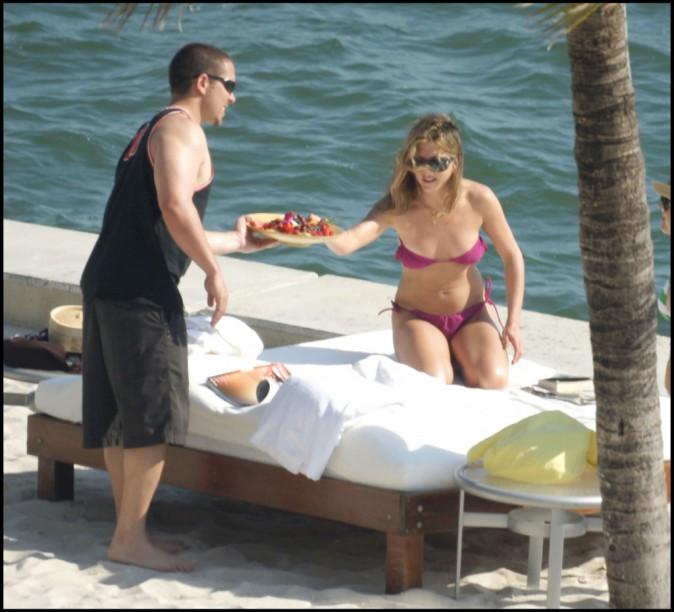 Mode : Jennifer Aniston : ses étés ultra-hot… jamais sans ses bikinis roses !