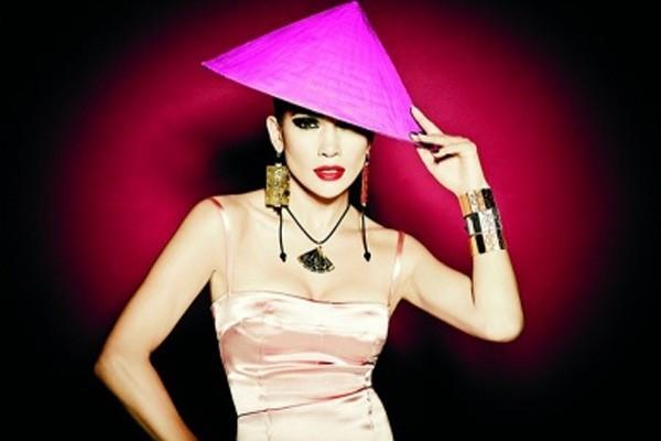 JLo avec un chapeau chinois fluo rose pour la marque de bijoux Tous