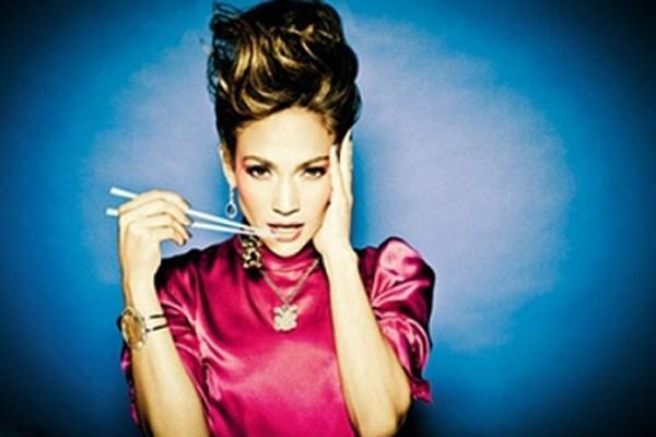 JLo pose en robe chinoise pour la marque de bijoux Tous