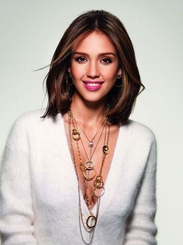 Campagne Possession de Piaget: Jessica Alba est lumineuse tout de blanc vêtue!