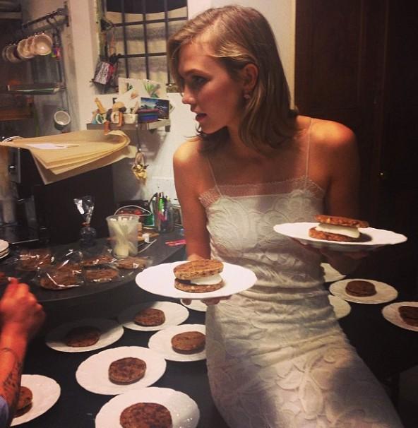 Karlie Kloss fête la sortie de la collection avec des Karlie's Kookies !