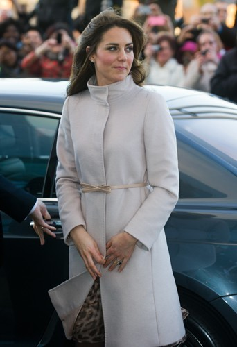 """Le 28 novembre dernier, lors d'une visite à Cambridge, Kate portait le manteau baptisé désormais """"The Kate"""" de MaxMara."""