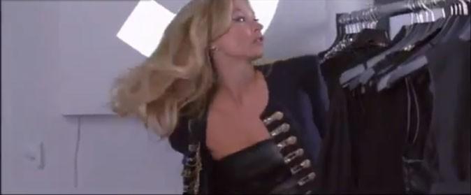 Kate Moss se change en un clin d'oeil...