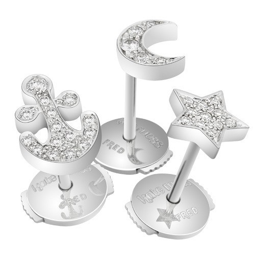 Puces d'oreilles, ancre, lune, étoile en or blanc et diamants, Kate Moss for Fred, à partir de 350 € l'unité.