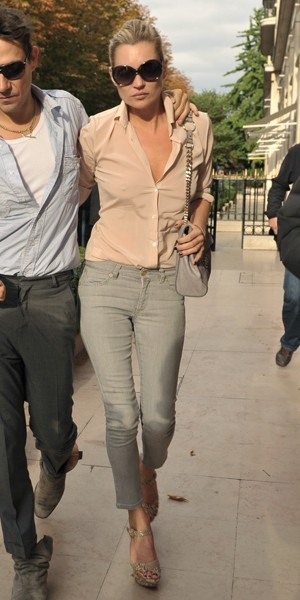 Kate Moss, en gris dans les rues de Paris