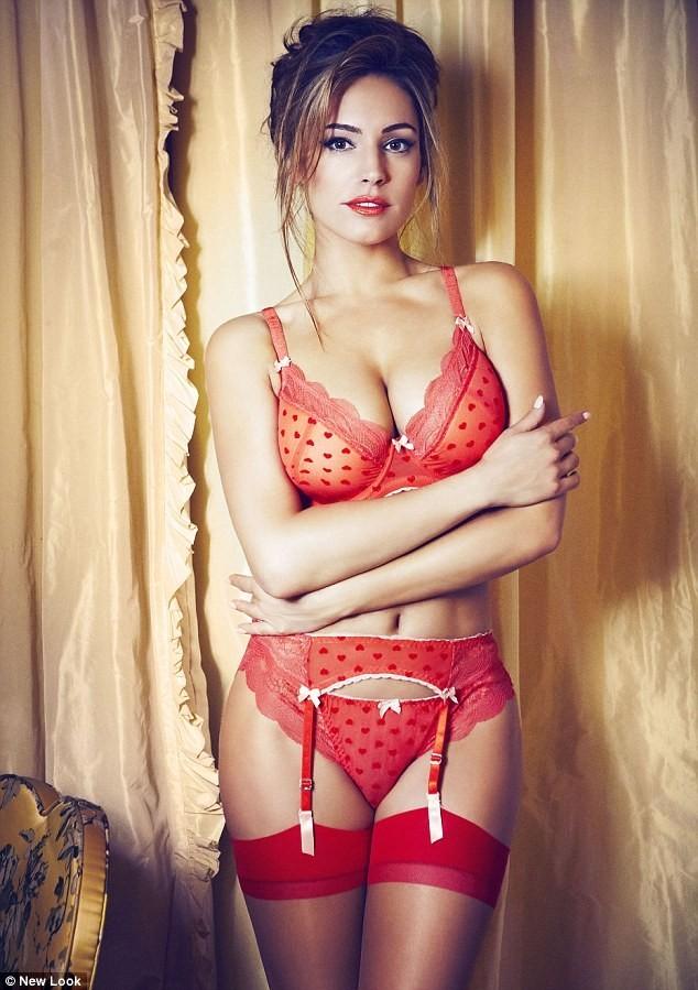 En porte-jarretelles rouges, l'actrice fête la Saint-Valentin avec un peu d'avance