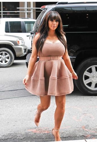 """La robe Lanvin met en valeur la poitrine de Kim et cache son ventre avec un effet """"tente"""" !"""