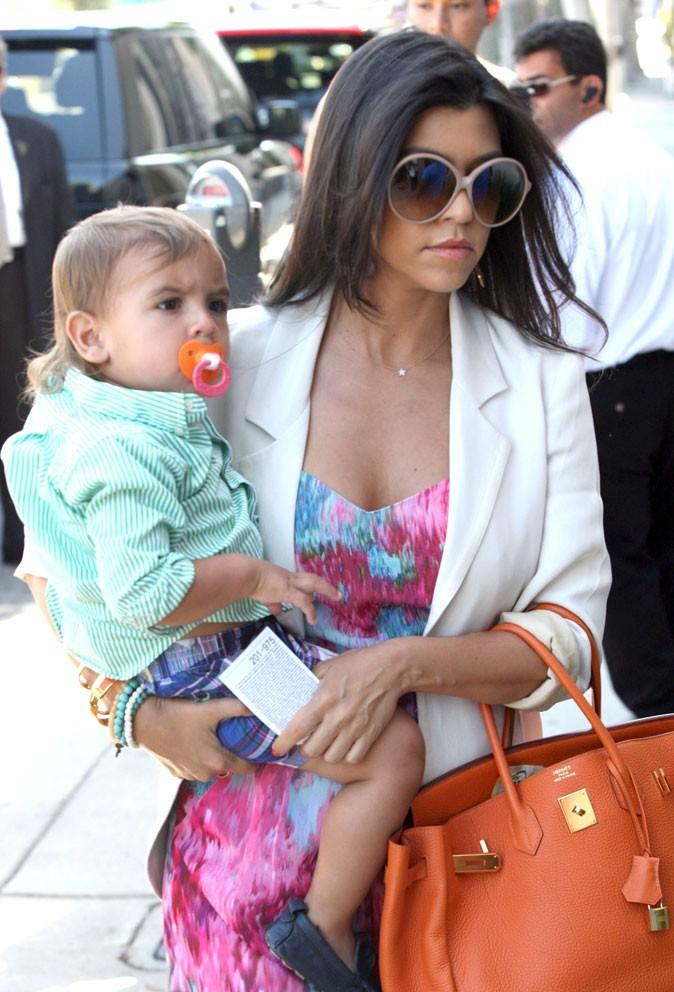 La tétine serait-elle assortie au sac de maman involontairement ? Pas si sûr.