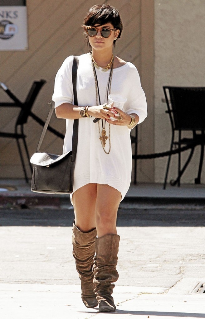 2011 : La fameuse courte garçonne qui lui va très bien ! Une maxi robe simple et des accessoires de partout
