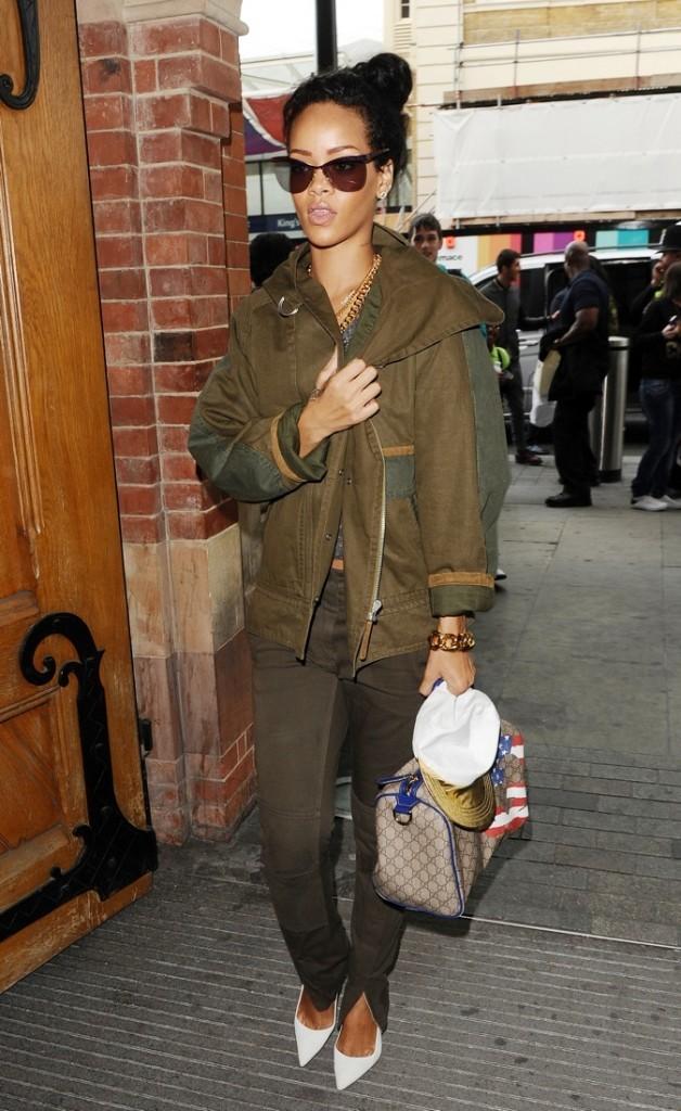 Rihanna ose la veste militaire avec les escarpins à bouts pointus !