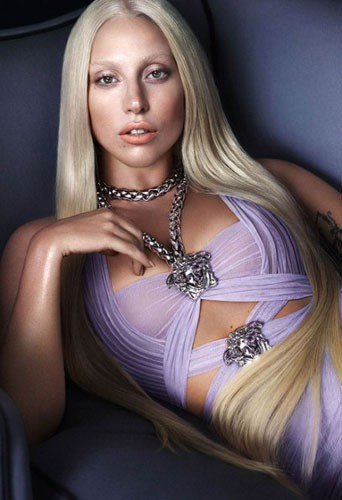 Lady Gaga pour Versace, sa première photo de campagne !