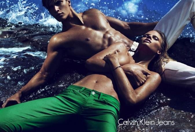 Lara Stone et Matthew Terry pour la nouvelle campagne printemps-été 2012 de Calvin Klein Jeans