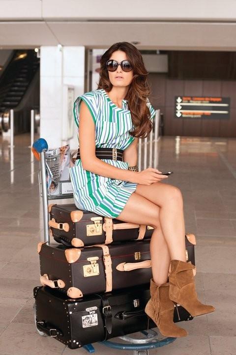 Mode : le jeu de jambes sexy d'Isabeli Fontana pour la campagne printemps-été 2011 Mango