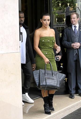 Kim Kardashian : Version sexy en robe bustier avec it bag très cher au bras pour le côté bling-bling !