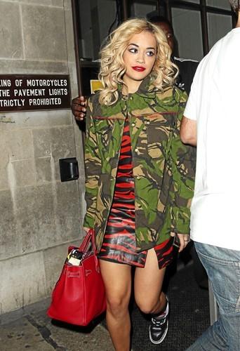 Rita Ora : Couleurs, styles... Rita mélange tout et ça le fait !