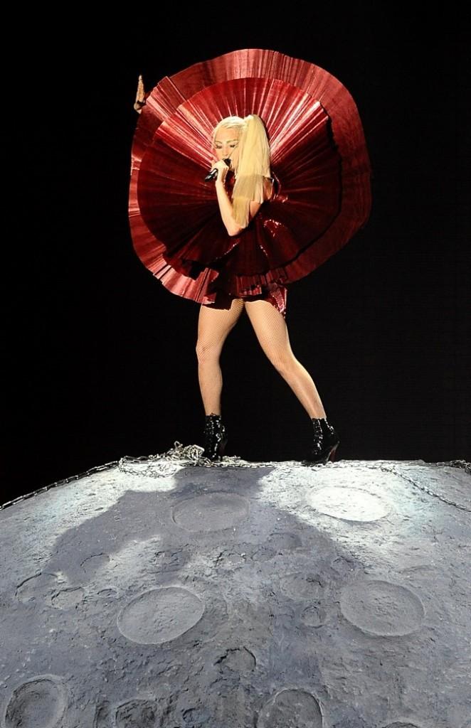 Lady Gaga en cratère lunaire