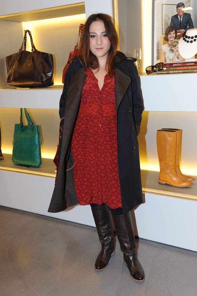 Marilou Berry en robe rouge prend la pose dans la nouvelle boutique Darel