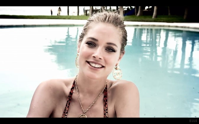 Doutzen Kroes donne ses interviews de sa piscine !