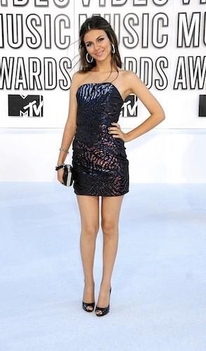 Victoria Justice : La tenue idéale pour une soirée VIP avec la jeunesse dorée.
