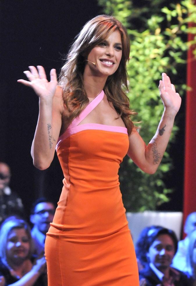 Elisabetta sur un plateau télé : des avant-bras tatoués !