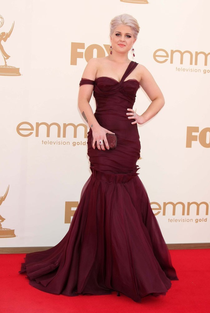 Colorama : la robe asymétrique bordeaux J. Mendel de Kelly Osbourne !