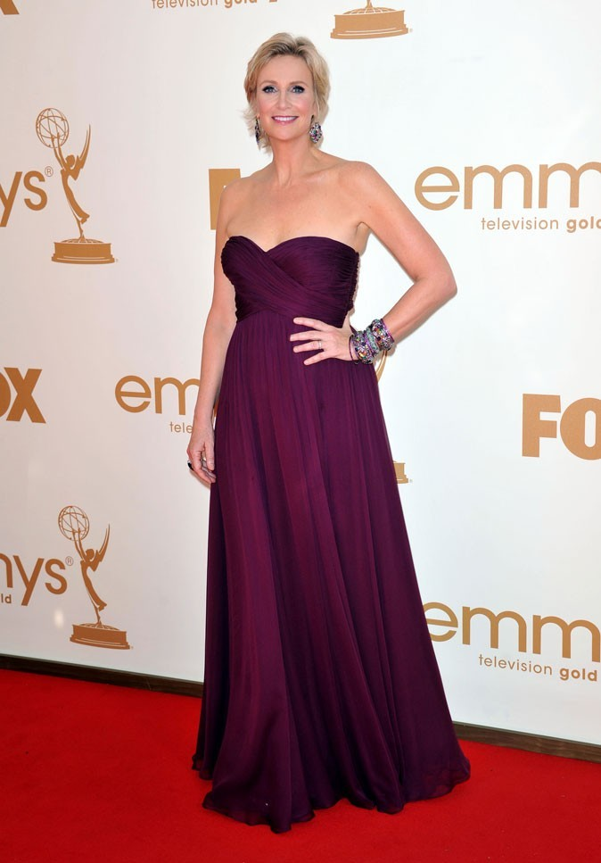 Colorama : la robe bustier drapée bordeaux de Jane Lynch (Glee) !