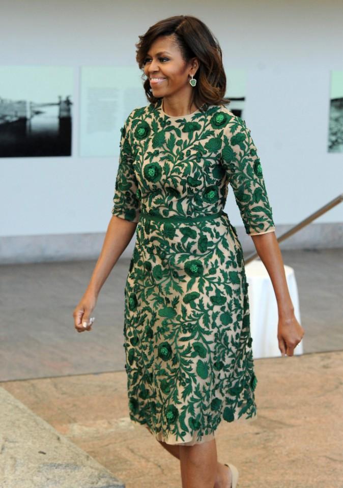 """Michelle Obama est arrivée dans une somptueuse robe verte brodée de chez Naeem Khan et des escarpins Jimmy Choo modèle """"Isabel"""""""