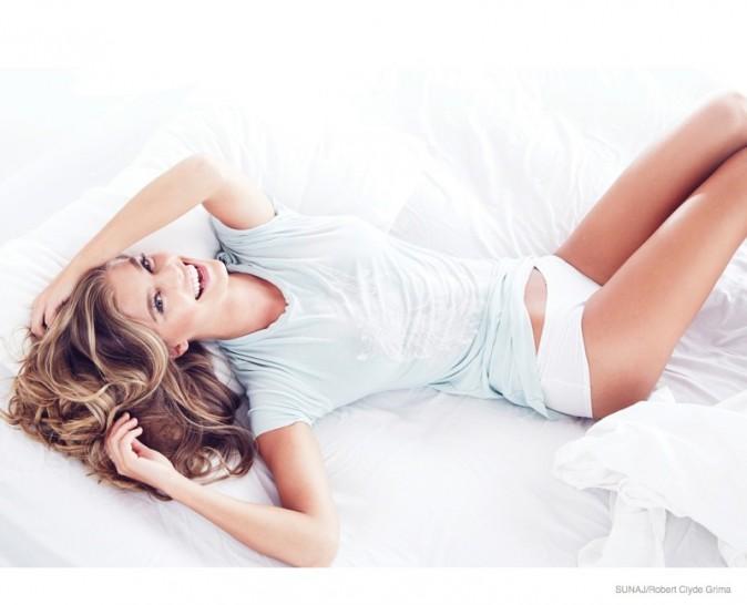 Mode : Nina Agdal : Sexy et lumineuse, elle mouille son t-shirt pour Sunaj !