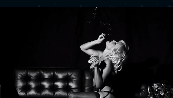 """Mode : Pamela Anderson : porte-jarretelle et fesse à l'air, on """"Love"""" le retour de la bimbo !"""