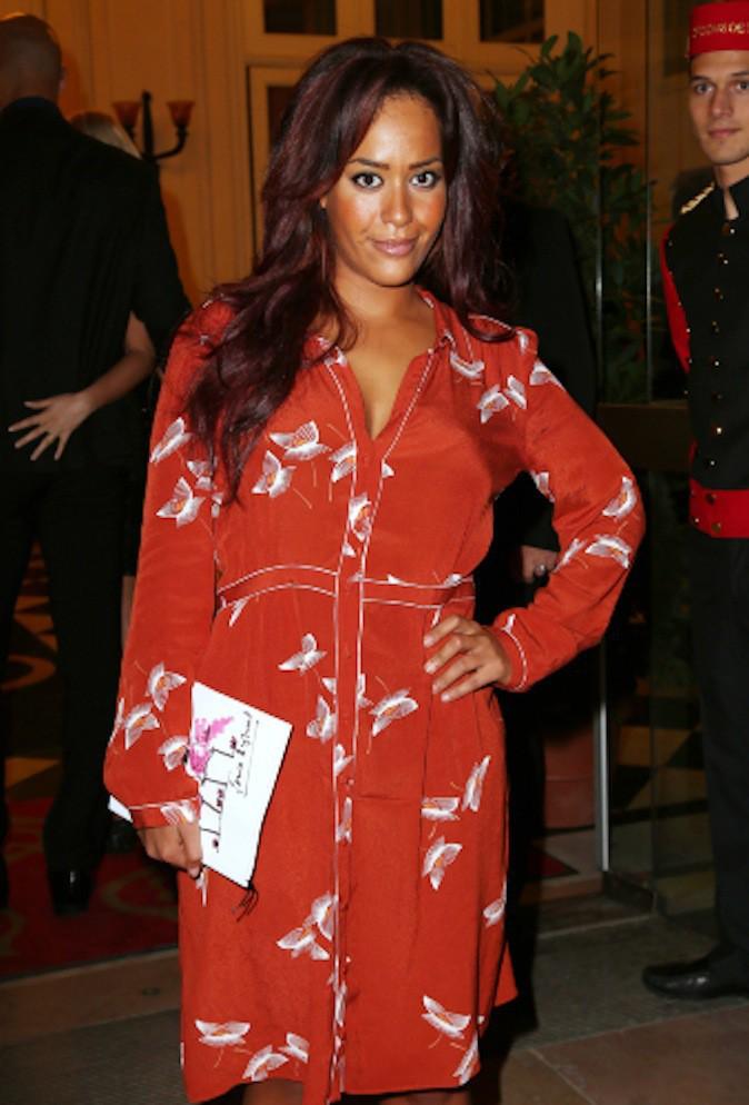 Amel Bent et sa robe aux imprimés papillons !