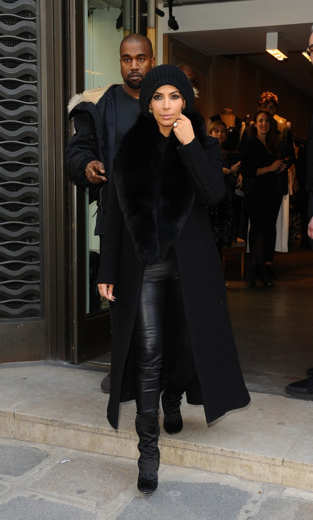 05/03/2015 : Kim arrive à Paris où elle s'installe à l'hôtel Royal Monceau. Maxi bonnet sur la tête et en tenue all in black.