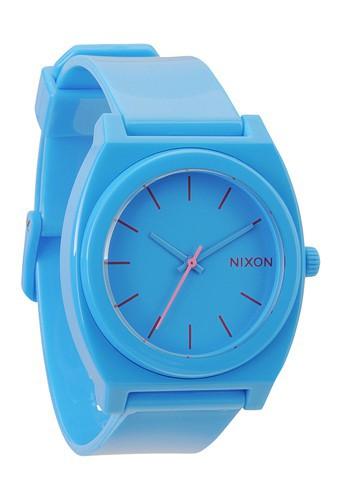 Montre en polyuréthane turquoise, Nixon, 79 €.