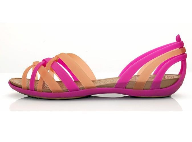 Sandales plates bicolores style huarache, Crocs, 49,99 €.