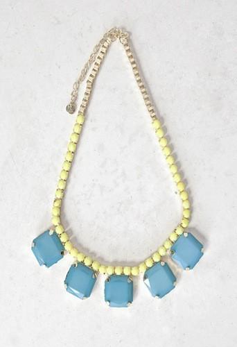Collier de perles jaunes et de pierres bleues, Pull&Bear 13€
