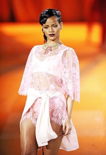 """Rihanna : Avec son collier multirang Lin Ban, Rihanna a toujours un style dans le """"cou"""" !"""