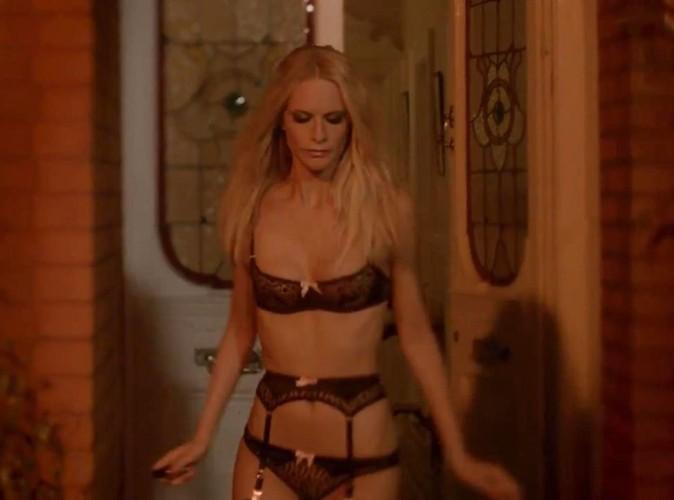 Poppy Delevingne en lingerie fine Agent Provocateur cherche son chat.