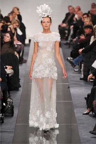 Le modèle haute-couture de la collection printemps-été 2009 de Chanel ...